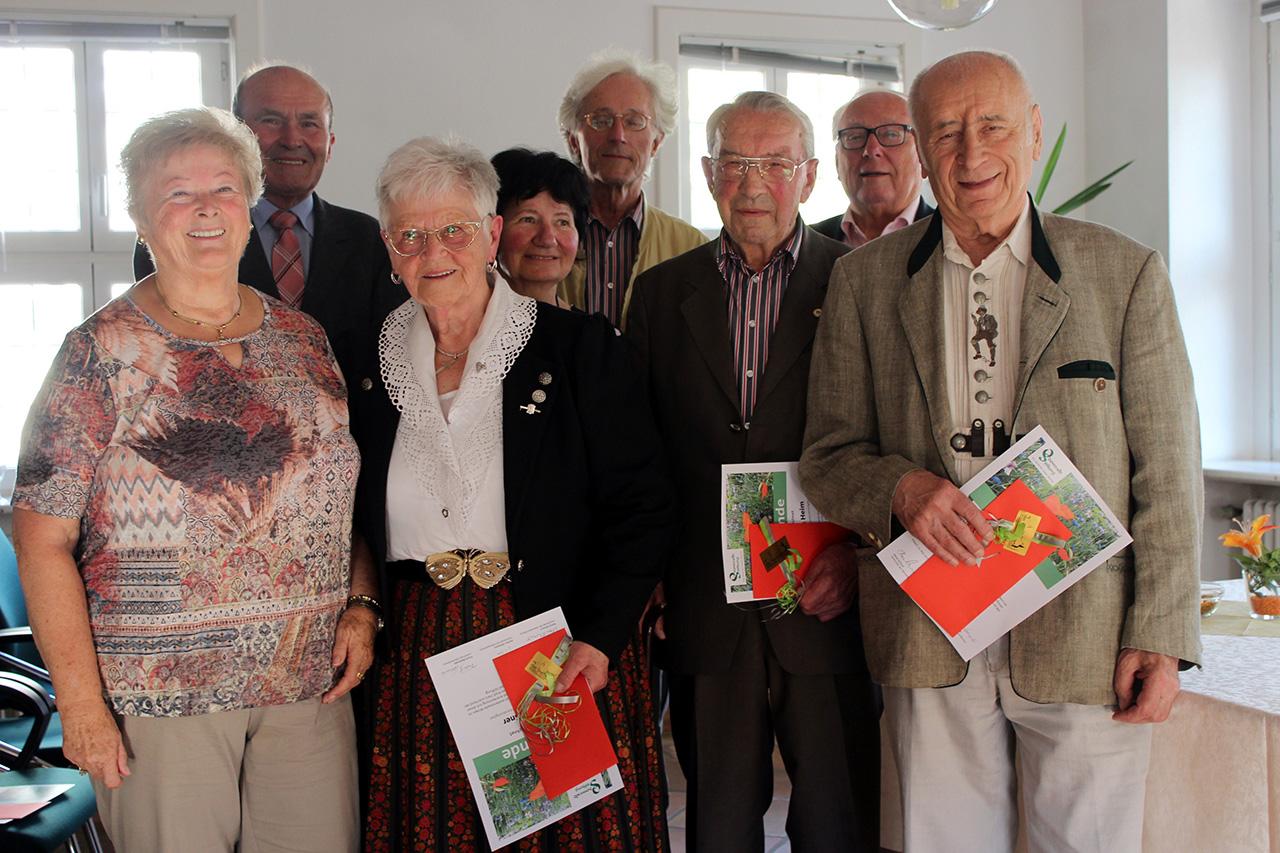 Im Namen der Odenwald-Stiftung zeichnete Horst Schnur (Zweiter von rechts) verdiente Kreisbürger aus. Gewürdigt wurden (von links) Ria Brand, Manfred Marquardt, Ilse Süßner, Christa Karl, Hans Winter, Johann Heim und Erich Süßner Foto:Stiftung