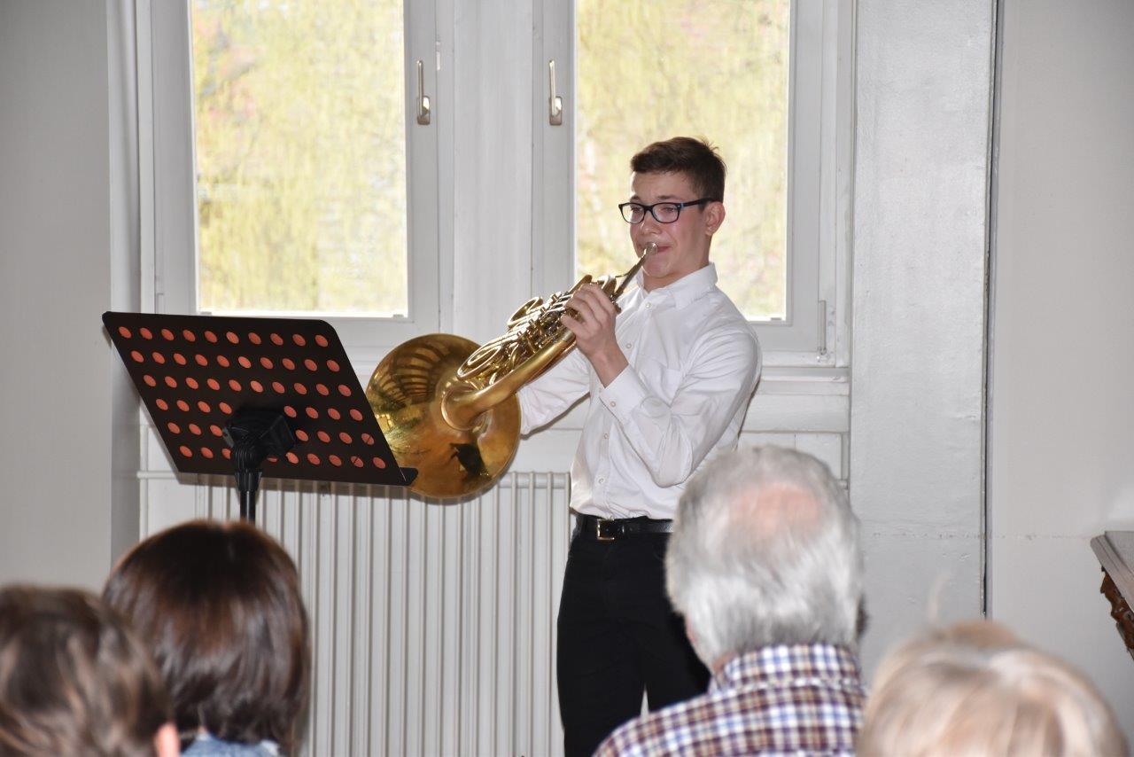 Pascal Christian Jannick Kunik aus Brombachtal (14 Jahre) überrascht Besucher mit seinem Horn